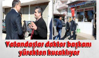 Vatandaşlar doktor başkanı yürekten kucaklıyor